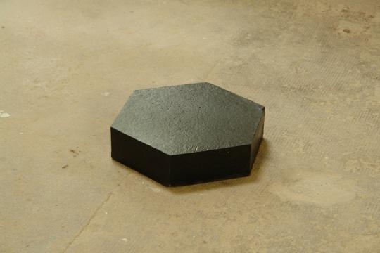 Simon Boudvin, ASPHALTES 02 (Les Arques), 2010, goudron extrait de l'extrémité d'une route fondu en pain hexagonal. production des Ateliers des Arques.