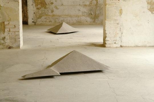 Simon Boudvin, TECTOEDRES 02 (SEMT-Saint-Denis), 2012, poussière de gravats, collectée et tamisée sur le site de SEMT-Pielstick à Saint-Denis, saupoudrée sur les plaques reproduisant les parcelles au 1:100.