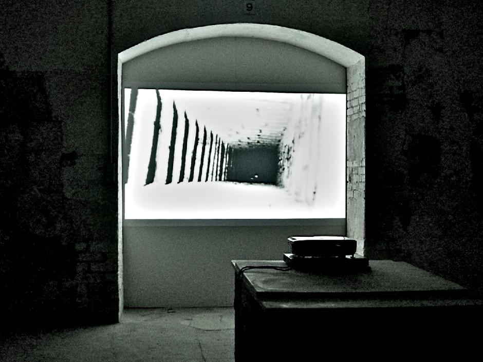 Gordon Matta-Clark. Sous-Sols de Paris (Paris Underground) 1977, 25min20, noir & blanc,  Super 8mm sur vidéo. Courtoisie de l'EAI et la galerie David Zwirmer.