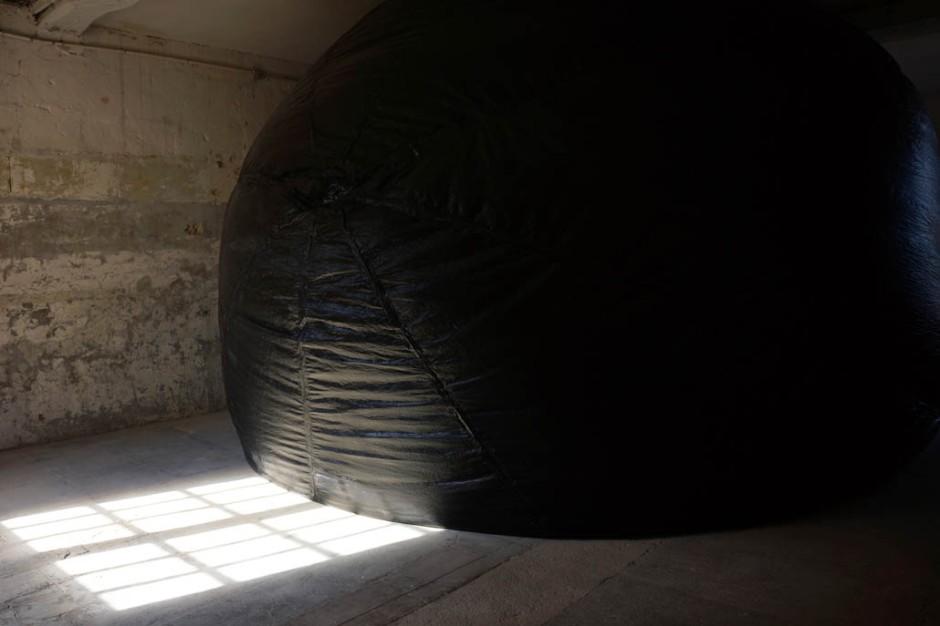 Perrine Lacroix, Empêché, ballon plastique noir, 2014, ©James Porter