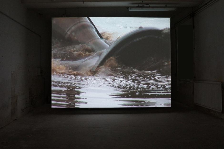 Claire Adelfang, Extraction, 2010. Vidéo. Courtesy Galerie Thaddaeus Ropac, Paris et Salzbourg. Photo © JGP