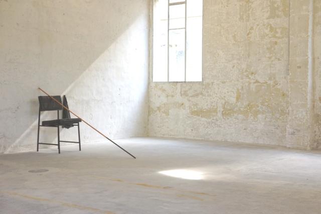 Tatiana Trouvé, Le Gardien, 2013, bronze patiné, cuivre, peinture, cuir, bois, tissus, papier, cire, 91,5 x 90 x 189 cm. Courtesy Galerie Gagosian, Paris. Photo © JGP